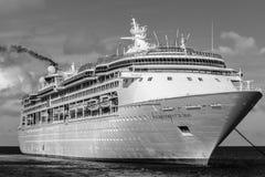 Banc de sable de Cocos, Bahamas - 1er décembre 2015 : Enchantement des Caraïbes royal du bateau de croisière de mers images stock