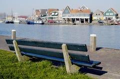 Banc de stationnement donnant sur le port de Volendam, Hollande Photos stock