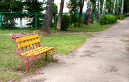 Banc de stationnement en bois à un stationnement photographie stock libre de droits