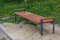 Banc de stationnement en bois à un stationnement image stock