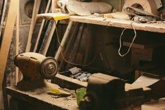 Banc de travail avec une nuit électrique d'émeris Photo libre de droits