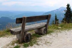 Banc en bois au bord de la montagne Photos stock