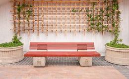 Banc en bois avec le décor extérieur Photographie stock libre de droits