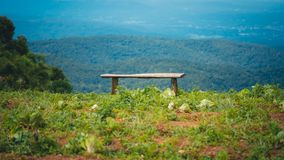 Banc en bois avec Mountain View photos libres de droits