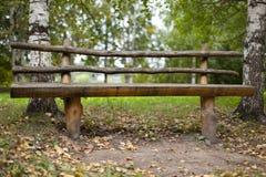 Banc en bois dans la forêt Photo libre de droits