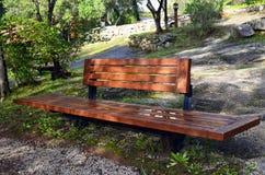 banc en bois dans le monchique photos stock