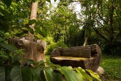Banc en bois dans les bois image libre de droits