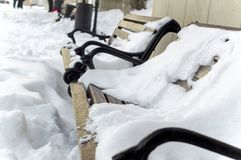 Banc en bois de Brown sur les jambes forgées en parc en hiver Photographie stock