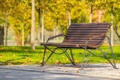 Banc en bois en parc photo libre de droits