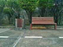 Banc en bois en parc public Photos libres de droits