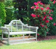 Banc en bois et roses rouges Image libre de droits