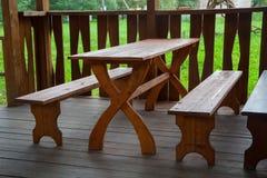 Banc en bois et table photographie stock libre de droits