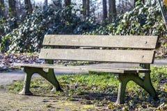 Banc en bois en parc de ville photos stock