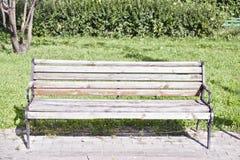 Banc en bois en parc de ville photographie stock