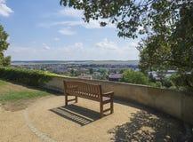 Banc en bois pour détendre en parc de château avec une vue sur Benatky NAD Jizerou image stock