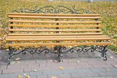 Banc en bois simple en parc d'automne Photographie stock libre de droits
