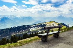Banc en bois sur Rigi Kulm Lucerne Suisse avec la vue de paysage Images stock