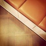 Banc en cuir sur le plancher en bois Image libre de droits