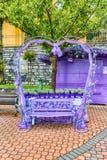 Banc en forme de coeur scénique décoré des fleurs et des dentelles Photographie stock libre de droits