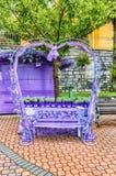 Banc en forme de coeur scénique décoré des fleurs et des dentelles Photos stock