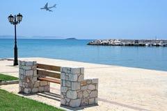 Banc en la mer et l'avion Photos libres de droits