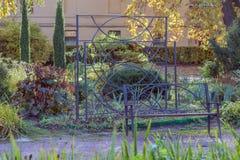 Banc en métal dans le jardin Photo stock
