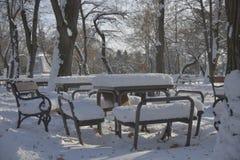 Banc en parc avec la neige Photo stock