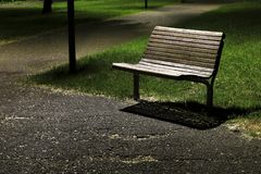 Banc en parc la nuit photos stock