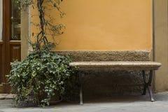Banc en pierre dans une ville de Toscane Photographie stock libre de droits