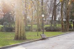 Banc en vieux parc par jour ensoleillé photo libre de droits