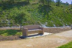 Banc et Hillside de parc Photographie stock libre de droits