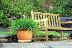 Banc et planteur de jardin photographie stock libre de droits