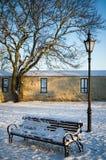 Banc et réverbère pendant l'hiver vieux Tallinn de parc image libre de droits
