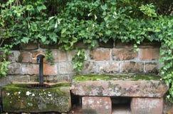 Banc et robinet en pierre photos stock