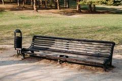 Banc et urne en parc en été dehors image libre de droits