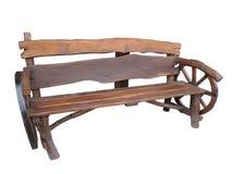 Banc fait main en bois de jardin avec la décoration de roue de chariot d'isolement Photographie stock