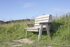 Banc gris dans l'herbe Photos stock