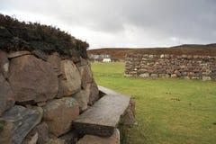 Banc idyllique et mur en pierre Photo libre de droits