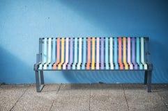 Banc métallique coloré dans la rue photographie stock libre de droits