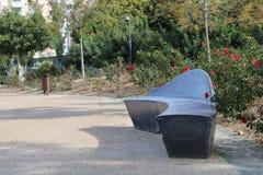 Banc moderne de ciment en parc photographie stock libre de droits