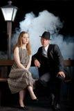Banc noir de lampadaire de couples de cinéma de femme d'homme Photo libre de droits