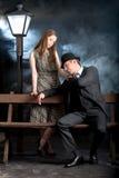 Banc noir de lampadaire de couples de film d'homme Images stock