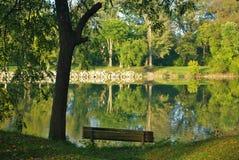 Banc par la rivière Photo libre de droits