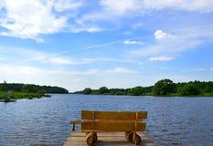 Banc par le lac Images stock