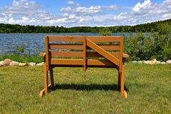 Banc pour regarder le lac scénique Photo libre de droits