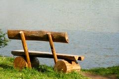 Banc près d'un lac Photographie stock libre de droits