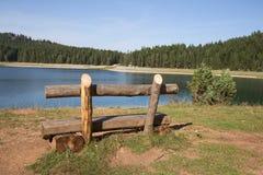 Banc près de lac Beau lac mystique Lac noir, parc national de Durmitor montenegro Photographie stock