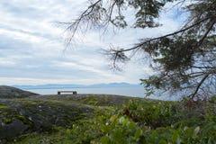 Banc se reposant au point de vue sur l'île de Bowen photographie stock