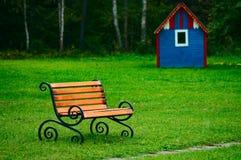 Banc sur la pelouse verte Image stock