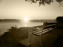 Banc sur le coucher du soleil Photos libres de droits
